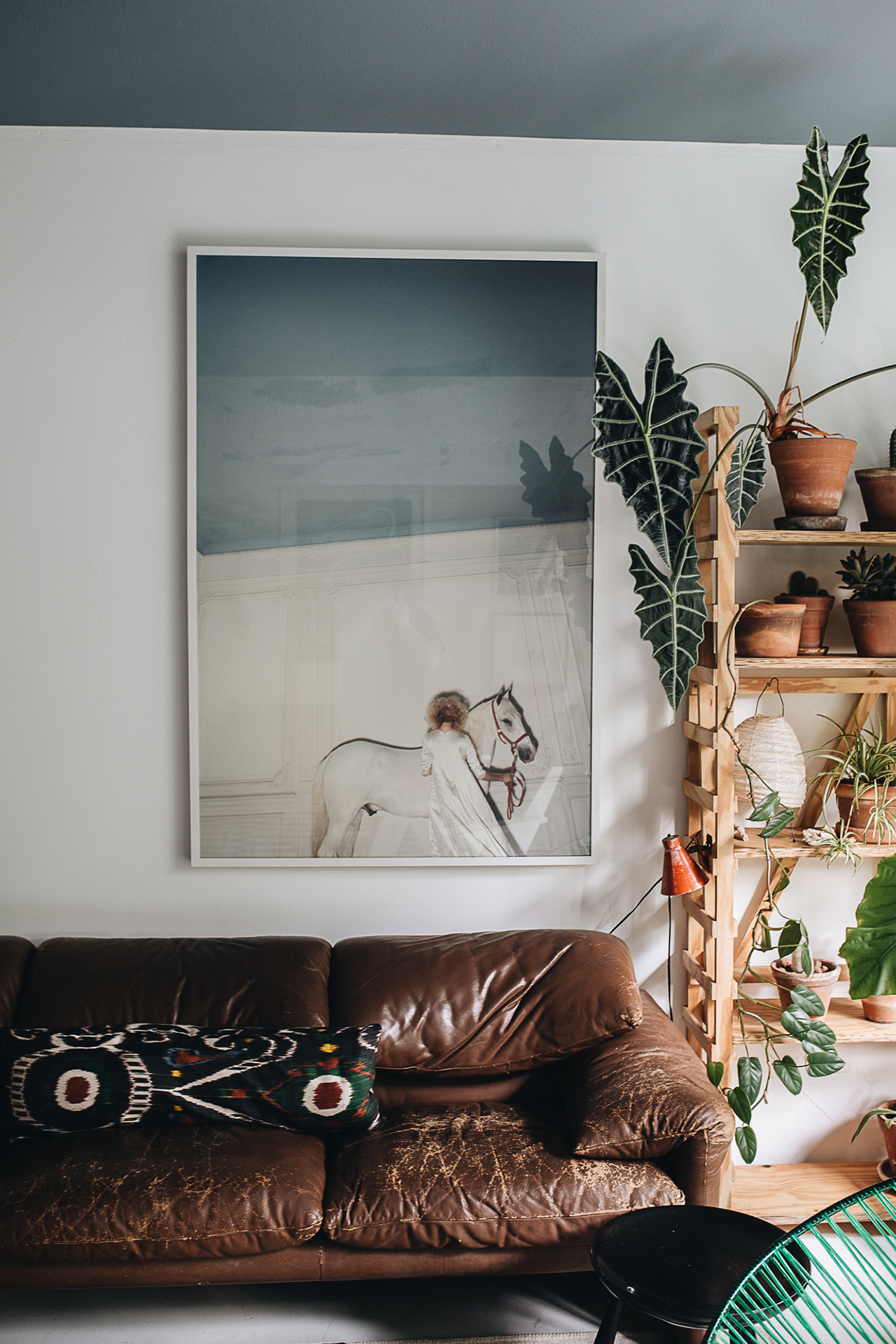 The home of Maurício Arruda in São Paulo, Brazil, from PLANT TRIBE (Living happily ever after with plants) by Igor Josifovic & Judith de Graaff. Photography by Jules Villbrandt for Urban Jungle Bloggers. © ABRAMS Books